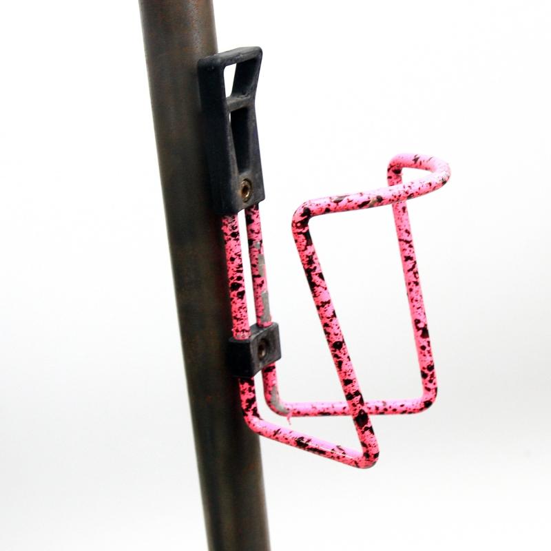Porte bidon rose et noir avec visserie